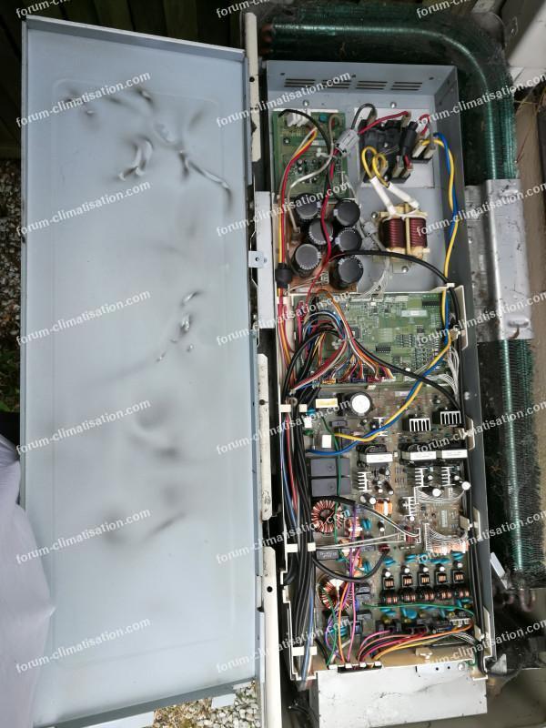traces noires sur capot climatisation